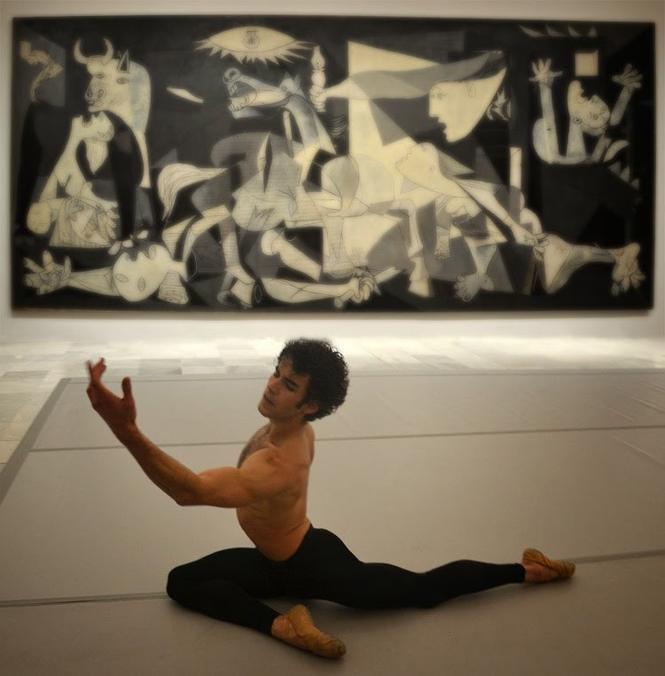 Josue Ullate bailando delante del Guernica_stylefeelfree