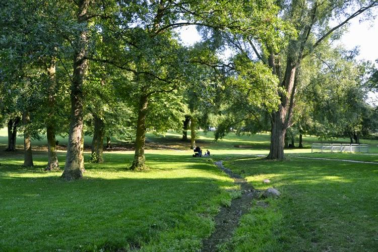 Parque Byparken detrás de la catedral de Roskilde, Dinamarca | stylefeelfree