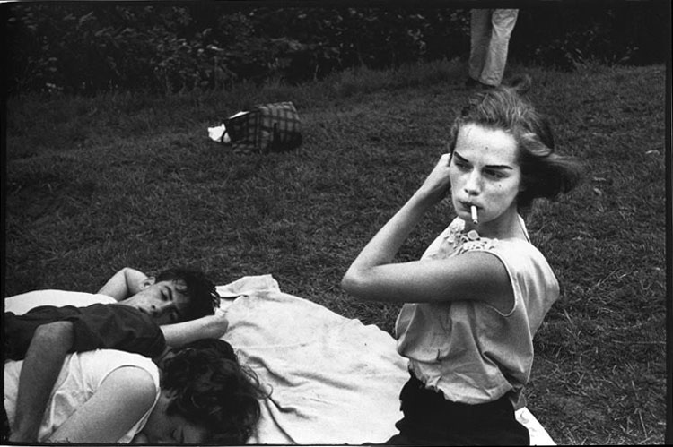 Brooklyn Gang (girl smoking with group in park), 1959 de © Bruce Davidson | StyleFeelFree